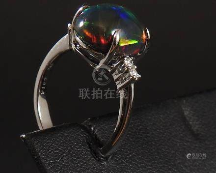Bague en or gris, 750 MM, ornée d'une opale noire pesant 4,40 carats environ en