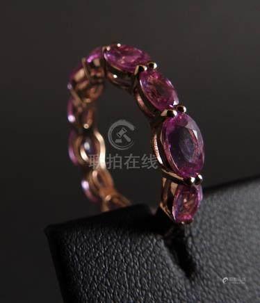 Belle bague alliance en or rose, 750 MM, soulignée de saphirs roses calibrés et