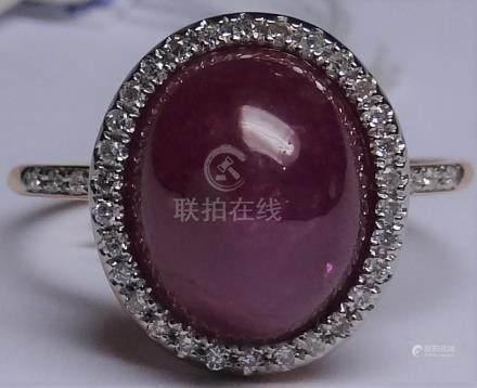 Bague ovale en or rose, 750 MM, centrée d'un rubis cabochon pesant 7 carats env