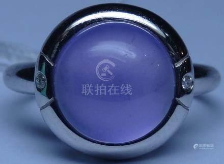 Bague ronde en or gris, 750 MM, ornée d'une améthyste cabochon pesant 4 carats