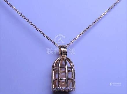 """Pendentif """" Cage ouvrante """" et chaîne deux ors, 750 MM, habitée par une perle d"""
