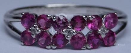 Bague en , platine 900 MM, ornée de deux lignes de rubis intercalés de diamants
