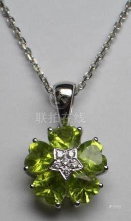 """Pendentif """" Fleur """" et chaîne en or gris , 750 MM, orné d'un pavage de diamants"""