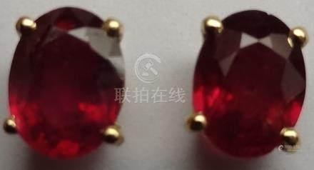 Puces d'oreilles en or jaune, 750 MM, ornée chacune d'un rubis traité ovale pes