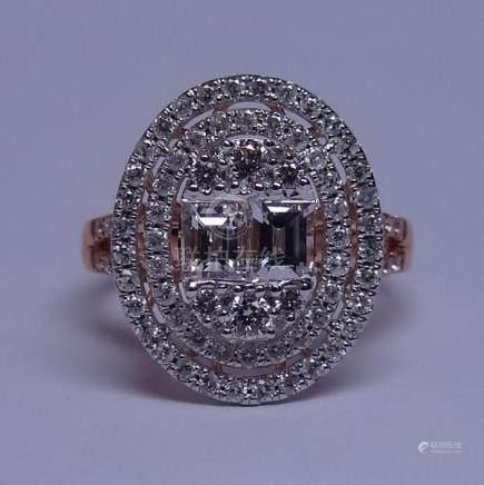 Bague ovale en or gris, 750 MM, ornée de deux diamants taille baguette encadrés