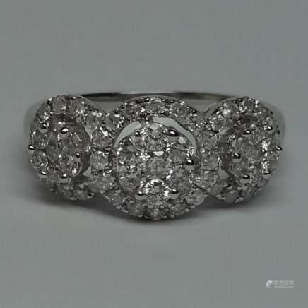 Bague anneau en or gris, 750 MM, ornée de trois pavages de diamants entourés de