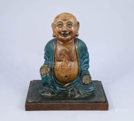 CHINE - Époque MING (1368-1644)  LUOHAN en grès émaillé ocre et turquoise, assi