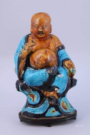 CHINE - Époque MING (1368-1644), XVIIe  MAGOT en céramique vernissée. Signé.  H