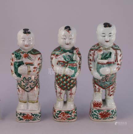 CHINE - Époque KANGXI (1662-1722)  TROIS STATUETTES de Hoho en porcelaine à déc