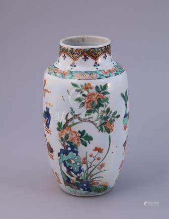 CHINE - Époque KANGXI (1662-1722)  Petit VASE balustre en porcelaine à décor en