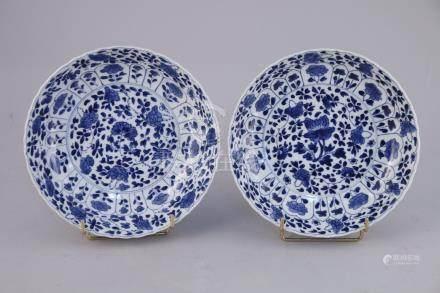 CHINE - Époque KANGXI (1662-1722)  Paire d'ASSIETTES creuses en porcelaine à dé
