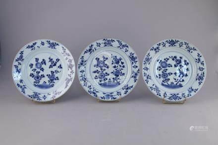 CHINE - Époque KANGXI (1662-1722)  TROIS ASSIETTES en porcelaine à décor en ble