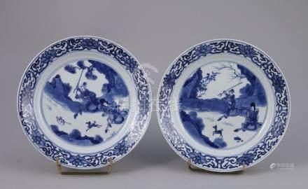 CHINE - Époque KANGXI (1662-1722)  Paire d'ASSIETTES en porcelaine à décor en b