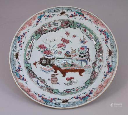 CHINE - XVIIIe  PLAT rond en porcelaine à décor polychrome de la famille rose,