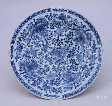CHINE - XVIIIe  Grand PLAT en porcelaine à décor floral bleu et blanc.   Diam.