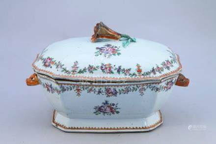 CHINE, COMPAGNIE DES INDES - XVIIIe  TERRINE en porcelaine à décor floral polyc