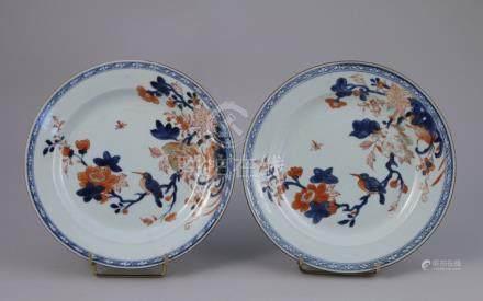 CHINE, COMPAGNIE DES INDES - XVIIIe  Paire d'ASSIETTES en porcelaine à décor bl