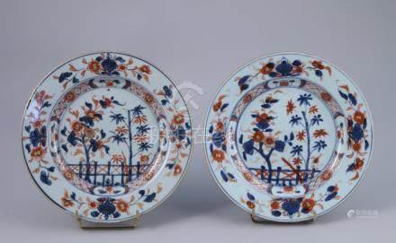 CHINE, COMPAGNIE DES INDES - XVIIIe   Paire d'ASSIETTES en porcelaine à décor b