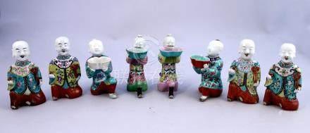 CHINE - Époque JIAQING (1796-1820)  HUIT PERSONNAGES en porcelaine émaillée pol