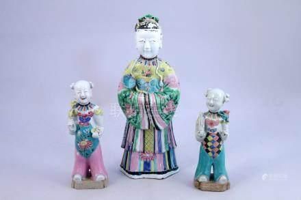 CHINE - Époque JIAQING (1796-1820)  TROIS STATUETTES en porcelaine émaillée pol