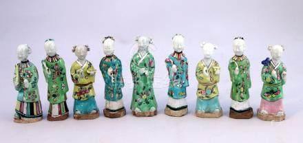 CHINE - Époque JIAQING (1796-1820)   NEUF STATUETTES en porcelaine émaillée pol