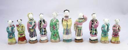 CHINE - Époque JIAQING (1796-1820)  DIX STATUETTES en porcelaine émaillée polyc
