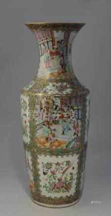 CHINE, CANTON - XIXe  Grand VASE en porcelaine à décor polychrome et or décorée