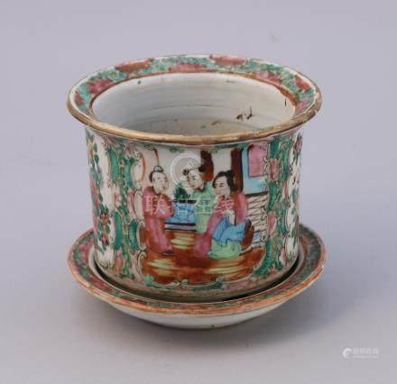 CHINE, CANTON - XIXe   CACHE-POT en porcelaine à décor polychrome et or à dans