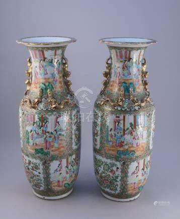 CHINE, CANTON - XIXe  Paire de grands VASES BALUSTRES en porcelaine à décor en