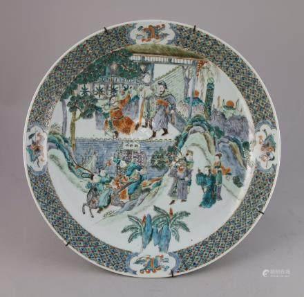 CHINE, CANTON - XIXe  PLAT en porcelaine à décor en émaux polychromes à décor d