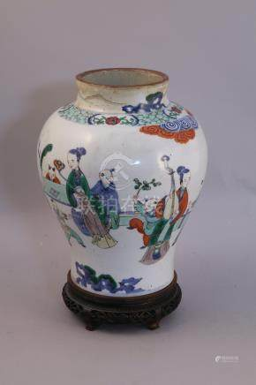 CHINE - XIXe  VASE balustre en porcelaine à décor polychrome rayonnant d'une sc
