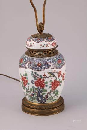 CHINE - XIXe  POT COUVERT en porcelaine à décor en émaux polychromes de rochers