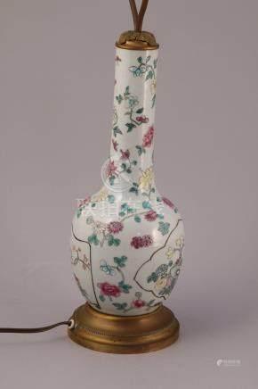 CHINE - XIXe  Petit VASE bouteille en porcelaine à décor en émaux polychromes d