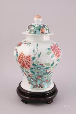 CHINE - XIXe  POTICHE en porcelaine à décor en émaux polychromes dans le style