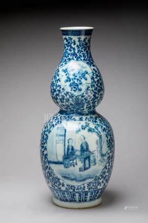 CHINE - XIXe   VASE à double BULBE en porcelaine à décor bleu et blanc de scène