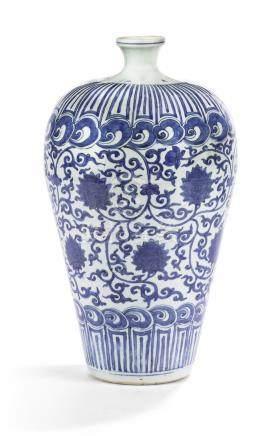 明萬曆   青花纏枝蓮紋梅瓶 《大明萬曆年製》款