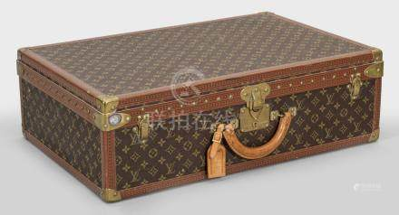 """Vintage Reisekoffer von Louis VuittonModell """"Alzar 70"""". Rechteckiger Korpus mit"""