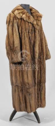 Exklusiver ZobelmantelWadenlanger, weit geschnittener Mantel aus braunem, ganzf