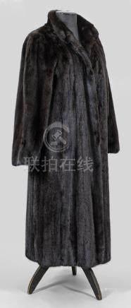 Langer Damen-NerzmantelWadenlanger, weit geschnittener Mantel aus dunkelbraunem