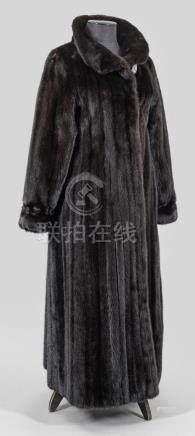 Langer Damen-NerzmantelKnöchellanger, weit geschnittener Mantel aus schwarz-bra