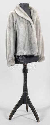 Damen-NerzjackeHüftlange, weit geschnittene Jacke aus silbergrauem, ganzfellig