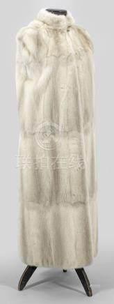Extravagantes NerzcapeWadenlanger, leicht ausgestellt geschnittenesCape aus cre