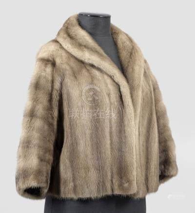 Bolero-PelzjackeTaillenlange, gerade und weit geschnittene Jacke aus beige-grau