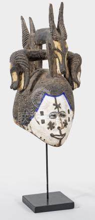 Seltene Igbo-KopfmaskeHolz, fein geschnitzt und farbig gefasst. HelmartigerKopf