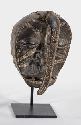 Dan Kran-GesichtsmaskeHolz, Tierhaut und Metall. Weiße Bemalung.Ovales, flaches