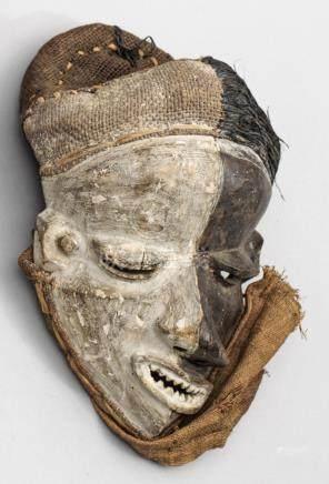 Krankheitsmaske des Pende-VolkesRaphia und Holz, geschnitzt sowie schwarz und w