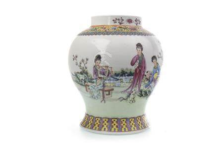 AN EARLY 20TH CENTURY CHINESE FAMILLE ROSE JAR