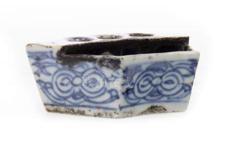 A CHINESE BLUE AND WHITE BRUSH STAND