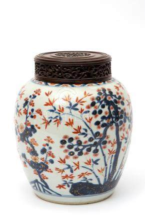 A Chinese imari porcelain jar with wooden lid