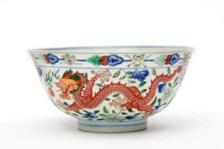 A doucai bowl with dragons chasing a flaming pearl